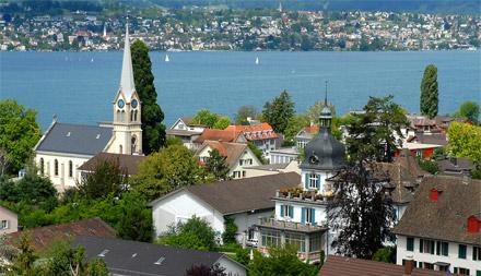 Kirche Erlenbach mit Blick auf den See